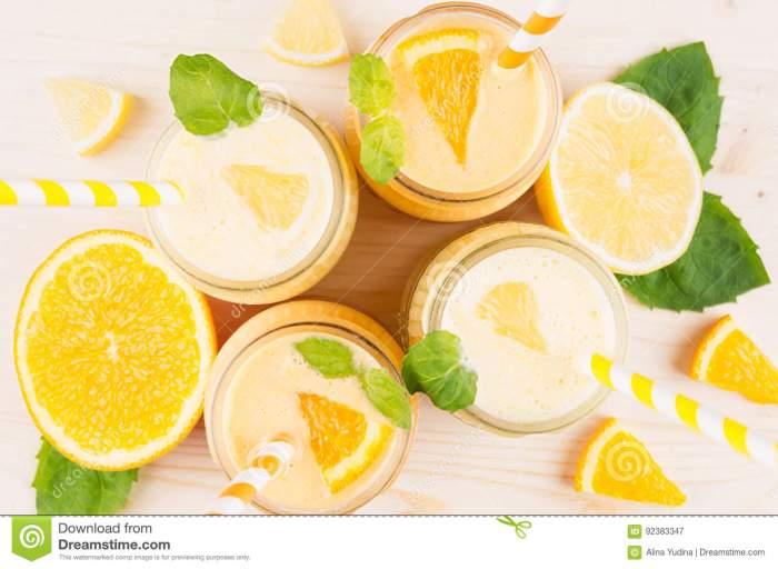 frisch-gemischter-orange-und-gelber-zitrone-smoothie-den-glasgefäßen-mit-stroh-tadelloses-blatt-draufsicht-abschluss-oben-92383347