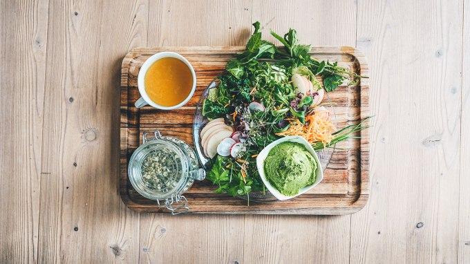 grüne-bowl-minze-erbsen-hummus-1